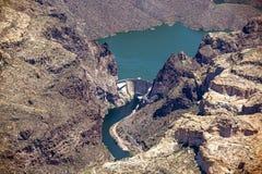 Caballo Mesa Dam entre el lago apache y el lago canyon Foto de archivo