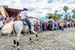 A caballo paseos del vaquero en el pueblo, Guatemala Fotografía de archivo libre de regalías