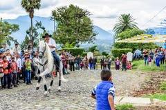 A caballo paseos del vaquero en el pueblo, Guatemala Imágenes de archivo libres de regalías