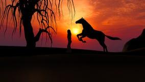 Caballo que corre bajo puesta del sol en el desierto con la silueta de la mujer Imagen de archivo libre de regalías