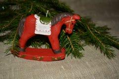 Caballo rojo de la decoración del Año Nuevo y de la Navidad en un fondo natural Imágenes de archivo libres de regalías