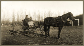 Caballo y cochecillo antiguos de la gente de la fotografía Foto de archivo