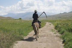 Caballo y granjero en Kirguistán Imagenes de archivo