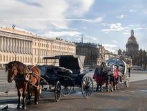 Caballos aprovechados a un carro y a un cabriolé en el palacio Squ Fotografía de archivo