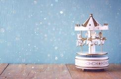 Caballos blancos del carrusel del viejo vintage en la tabla de madera imagen filtrada retra Foto de archivo libre de regalías