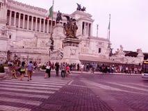Caballos de los monumentos de la gente del cuadrado del palacio de Italia fotografía de archivo libre de regalías