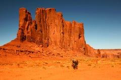 Caballos de montar a caballo como reconstrucción en el valle Ari del monumento Foto de archivo