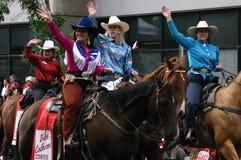 Caballos de montar a caballo de los Cowgirls en desfile Fotografía de archivo