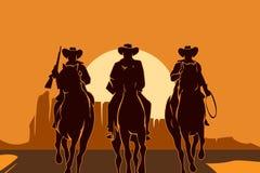 Caballos de montar a caballo de los vaqueros en desierto Foto de archivo