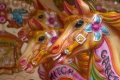 Caballos del carrusel del parque de atracciones Fotos de archivo