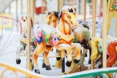 Caballos del carrusel del parque de atracciones durante el día cubierto Fotografía de archivo