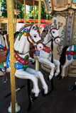 Caballos del carrusel en el parque de atracciones Imagen de archivo libre de regalías