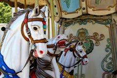 Caballos del carrusel en el parque de atracciones Fotos de archivo