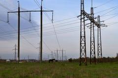 Caballos en el campo en el fondo de alambres El tema de la ecología y de la contaminación Fotos de archivo libres de regalías