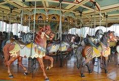 Caballos en el carrusel de una Jane tradicional del parque de atracciones en Brooklyn Foto de archivo libre de regalías