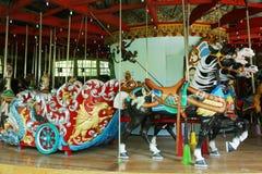 Caballos en un carrusel tradicional del parque de atracciones Fotos de archivo libres de regalías