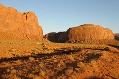Caballos salvajes en valle del monumento en la puesta del sol Foto de archivo libre de regalías