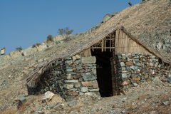 Cabana árabe arruinada antiga da vila nas montanhas Imagem de Stock Royalty Free