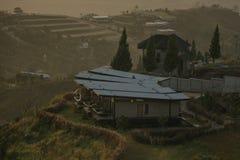 Cabana acolhedor em montanhas superiores fotografia de stock
