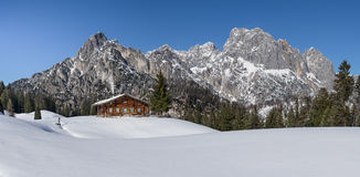 Cabana alpina idílico nos cumes Fotografia de Stock