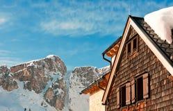 Cabana alpina na frente de um pico de montanha no inverno Fotografia de Stock