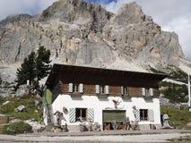 cabana alpina nos cumes, Europa Imagem de Stock