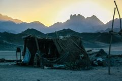 Cabana beduína no deserto contra o contexto das montanhas no por do sol Hurghada, Egipto Fotos de Stock Royalty Free