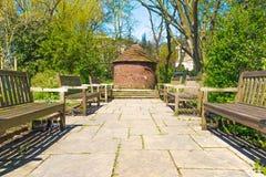 Cabana circular do tijolo vermelho na caminhada nova do rio de Londres Foto de Stock