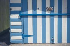 Cabana colorida da praia com as listras azuis e mais brancas fotografia de stock