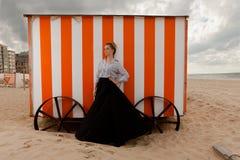 Cabana da areia do sol da menina, De Panne, Bélgica foto de stock
