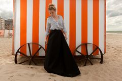 Cabana da areia do sol da mulher, De Panne, Bélgica fotografia de stock