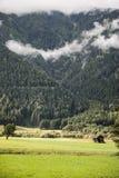 Cabana da montanha nas montanhas com névoa, vale de Anterselva, dolomites, Itália Fotos de Stock