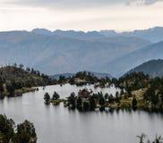 Cabana da montanha no lago foto de stock