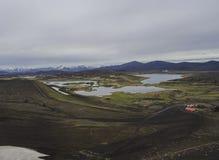 Cabana da pesca de Veidivotn e cabine, paisagem com cratera colorida fotografia de stock royalty free