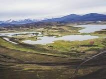 Cabana da pesca de Veidivotn e cabine, paisagem com cratera colorida fotografia de stock