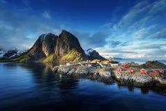 Cabana da pesca no por do sol da mola - Reine, ilhas de Lofoten, Noruega Fotografia de Stock