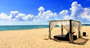 Cabana da praia na areia que enfrenta o mar aberto Imagens de Stock Royalty Free