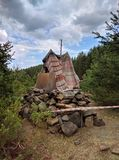 Cabana das crianças s feita dos ramos na floresta imagem de stock royalty free