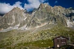 Cabana de Aiguille du Midi nas montanhas fotografia de stock