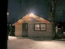 Cabana de aquecimento na noite Fotos de Stock Royalty Free