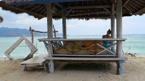 Cabana de bambu do telhado da palma em uma praia video estoque