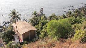 Cabana de bambu na floresta verde no montanhês contra o oceano azul video estoque