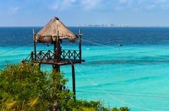 Cabana de bambu sobre o mar Imagens de Stock