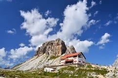 Cabana de Drei Zinnen e montanhas de Sexten das dolomites Imagens de Stock Royalty Free