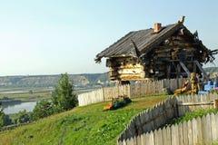 Cabana de madeira acima do rio imagens de stock royalty free