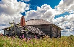 Cabana de madeira arruinada velha com uma chaminé Fotografia de Stock Royalty Free