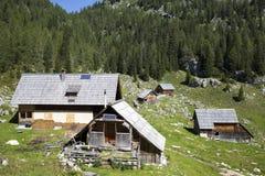Cabana de madeira do pastor com painéis solares, altamente nas montanhas Foto de Stock