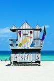 Cabana de madeira do relógio do louro na praia   Foto de Stock