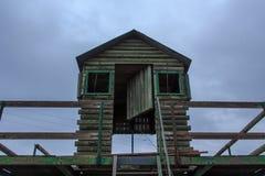 A cabana de madeira do ` s do guarda da montanha sempre na parte superior foto de stock royalty free