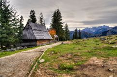 Cabana de madeira nas montanhas Fotos de Stock